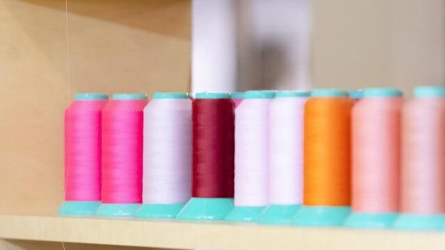 暖色系のミシン糸の写真